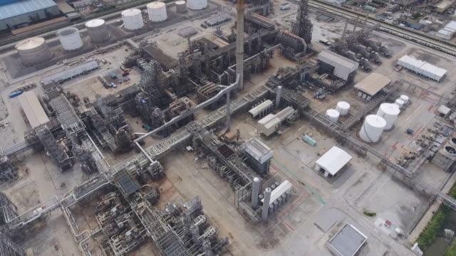 複雑なパイプで石油精製所と化学プラントの上空を飛行, 航空ビデオ ビデオ