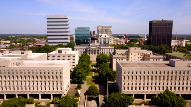 flying over over the buildings of columbia south carolina at the state house - колумбия стоковые видео и кадры b-roll