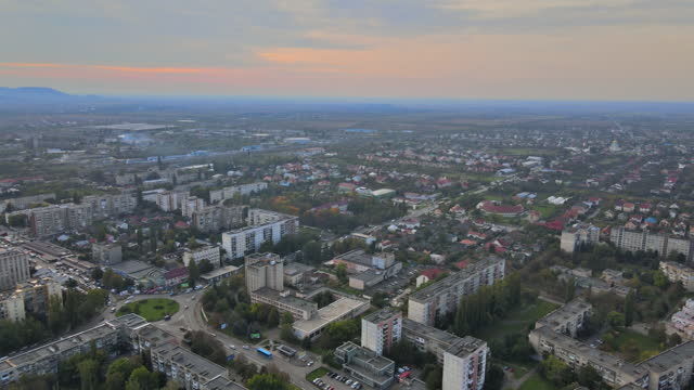 sorvolando la zona residenziale nella città di uzhgorod zakarpattya ucraina - transcarpazia video stock e b–roll