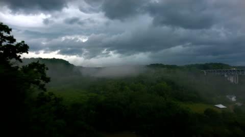 vidéos et rushes de survol de la vallée de la rivière d'orage - ciel couvert