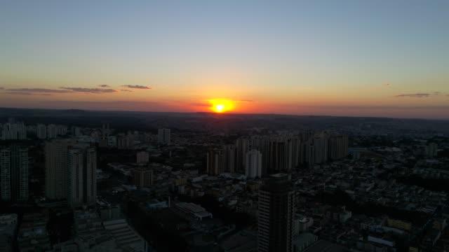 Voando sobre pôr do sol na cidade de Ribeirão Preto, são Paulo, Brasil - vídeo