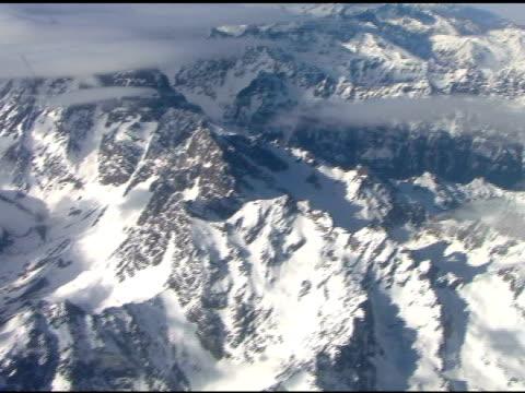 flying over the andes mountains - klip uzunluğu stok videoları ve detay görüntü çekimi
