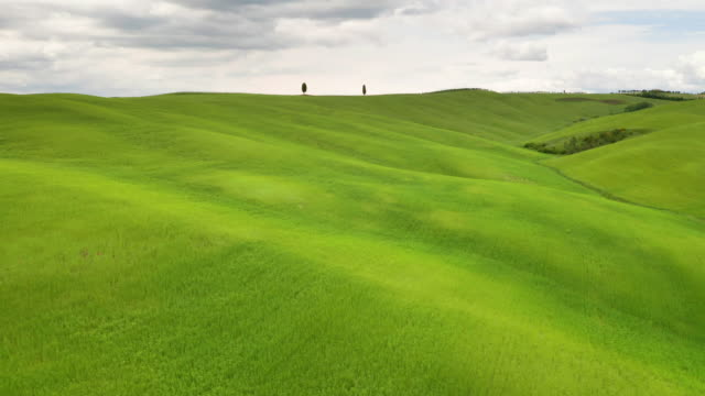 flying over the beautiful tuscany italy landscape - paesaggio collinare video stock e b–roll