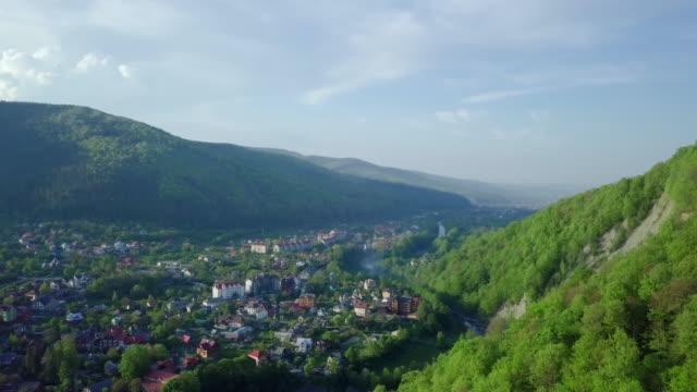 flug über die ukrainischen karpaten berge und nadelwald mit blick auf den schönen grünen tal und das dorf. luftbildkamera erschossen. panorama der landschaft. ukraine. video 4k - kieferngewächse stock-videos und b-roll-filmmaterial