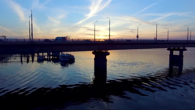 vídeos de stock, filmes e b-roll de voando sobre a ponte - quadricóptero