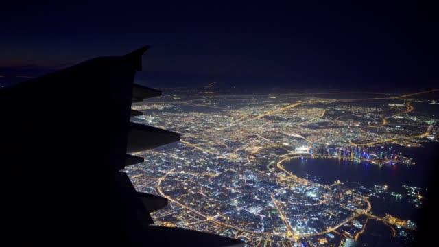 vidéos et rushes de survol de la ville de nuit - doha