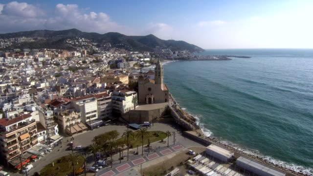 vídeos de stock e filmes b-roll de flying over the city of sitges. aerial view - américa do sul