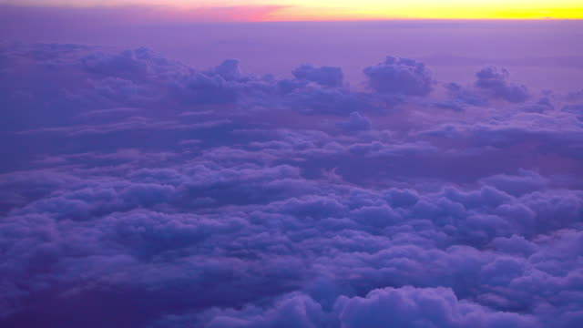 vídeos y material grabado en eventos de stock de volando sobre el cielo colorido en el vuelo de la puesta del sol con hermosa nube - anochecer