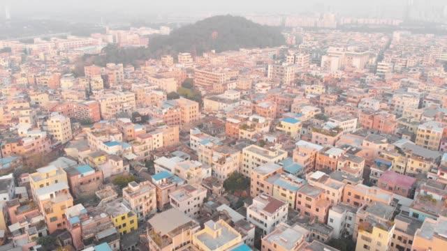 中国の人口密度の高いエリアに飛んでいます。典型的な中国の建物。広州、中国 - 中国 広州市点の映像素材/bロール