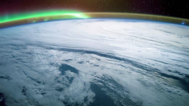 우주 정거장에서 촬영, 지구의 표면을 통해 비행. - 분위기 스톡 비디오 및 b-롤 화면