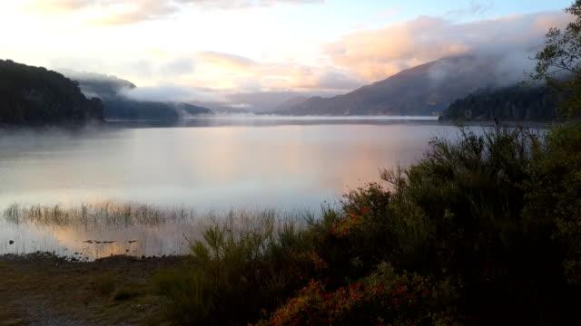vidéos et rushes de voler au-dessus du lac le matin - lac reflection lake