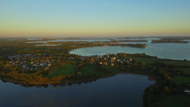 vidéos et rushes de survolant la baie de la toulvern peu au coucher du soleil, situé dans le fameux golfe du morbihan, morbihan, bretagne, france. cette baie est l'une des plus belles baies du monde. - bretagne