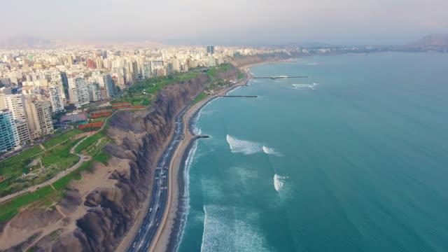 fliegen über den ozean und die stadt in costa verde. lima - lima stock-videos und b-roll-filmmaterial