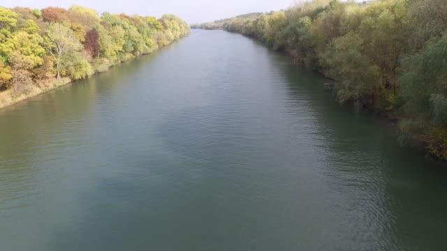 летать через реку - молдавия стоковые видео и кадры b-roll