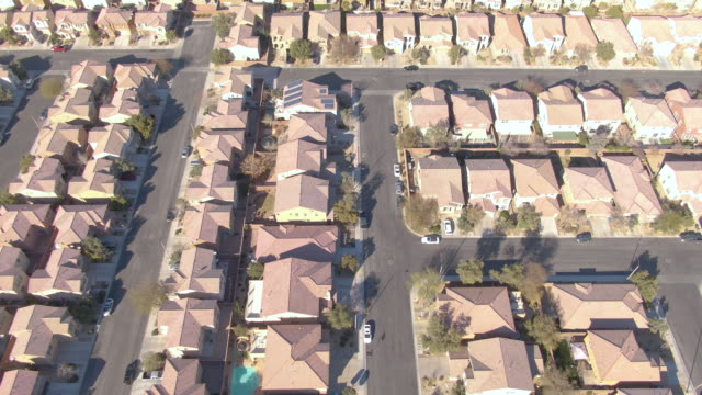 aerial: flying over the rooftops of idyllic terraced houses in american suburbia - nevada video stock e b–roll
