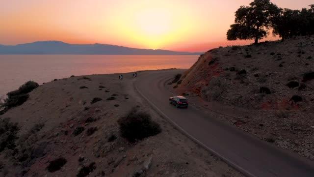 drone: flyger över den natur sköna vägen som leder förbi sand stranden och det lugna havet - fordon på land bildbanksvideor och videomaterial från bakom kulisserna