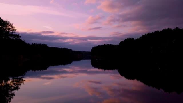 vidéos et rushes de vol au-dessus de la surface d'un lac magnifique, dans la lumière du soir - lac reflection lake