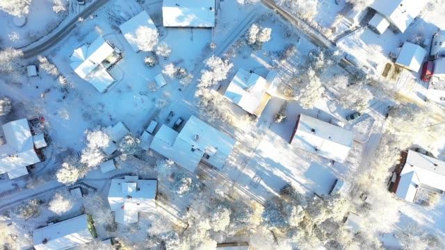 fliegen über villenbereich, wintertag - blickwinkel aufnahme stock-videos und b-roll-filmmaterial