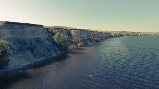崖に沿って水の上を飛んで - マルチコプター点の映像素材/bロール