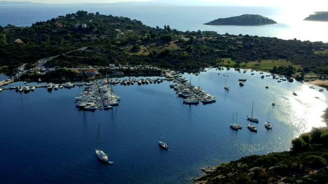 flug über yacht marine in vourvourou, sithonia, chalkidiki, griechenland - gefreiter stock-videos und b-roll-filmmaterial