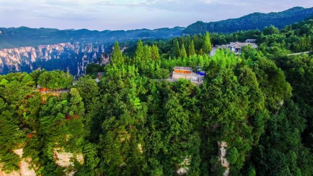 zhangjiajie ulusal orman park çin üzerinde uçan - unesco stok videoları ve detay görüntü çekimi