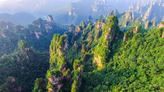 zhangjiajie milli park çin üzerinde uçan - unesco stok videoları ve detay görüntü çekimi