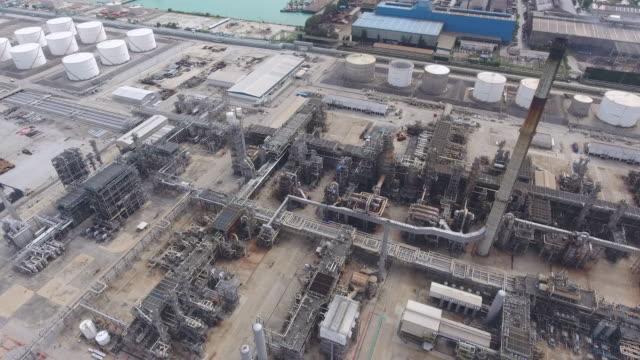 石油精製所と化学プラントのフライングショット、空中ビデオ ビデオ