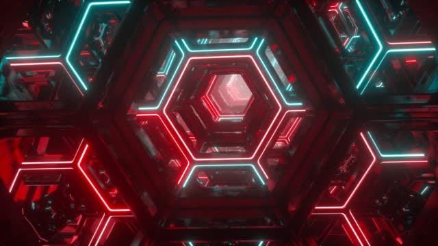vidéos et rushes de voler à travers l'interminable tunnel futuriste de science-fiction. luminous néon hexagones lumineux. hyper sauter dans une autre galaxie. contexte numérique créatif abstrait. illumination colorée moderne. boucle transparente - entonnoir