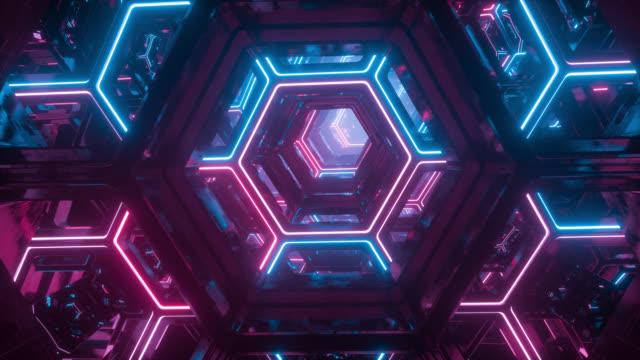volando attraverso un tunnel di fantascienza futuristico senza fine. esagoni luminosi incandescenti al neon. hyper salta in un'altra galassia. sfondo digitale creativo astratto. illuminazione colorata moderna. loop senza soluzione di continuità - vortice forma geometrica video stock e b–roll