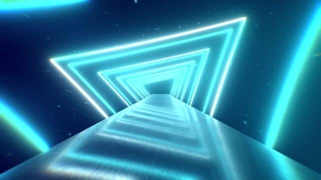 光るトンネルを作成する回転ネオン三角形を飛んで、青赤ピンク紫のスペクトル、蛍光紫外線、カラフルなモダンな照明、4 k ループ アニメーション - レトロ調点の映像素材/bロール