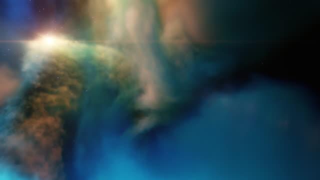 fliegen durch nebel, sterne in der gaswolke. reisen durch gas cloud deep space sternfelder, supernova platzt, stellaren system. space filmischen hintergrund für titel, logos. 3d-rendern - sternennebel stock-videos und b-roll-filmmaterial