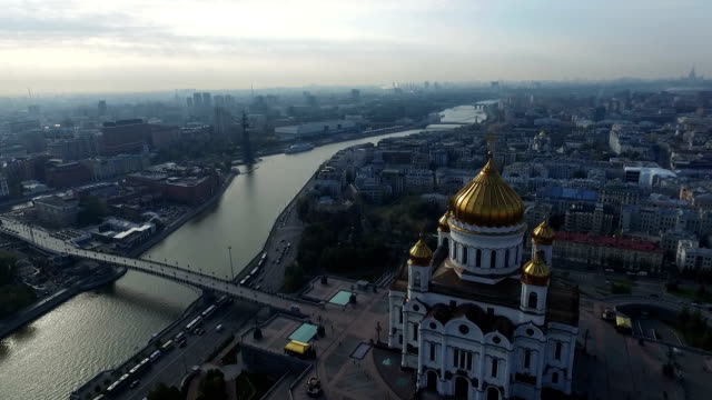 flying through the cathedral of christ the savior to the to peter the great - rzeka moskwa filmów i materiałów b-roll