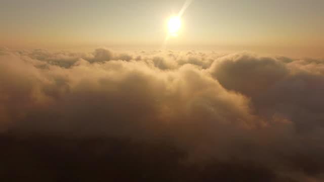 vídeos de stock e filmes b-roll de voar através do céu nublado - above the clouds