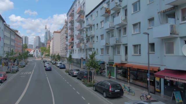 flying through the streets of frankfurt - francoforte sul meno video stock e b–roll