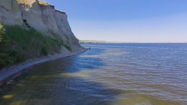 崖に沿って飛び上がる - マルチコプター点の映像素材/bロール