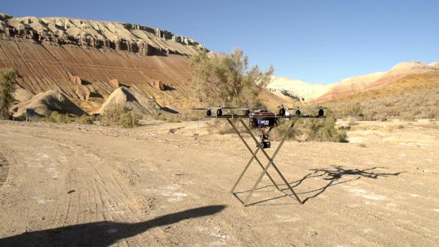 vídeos de stock, filmes e b-roll de voar até hexacopter - quadricóptero