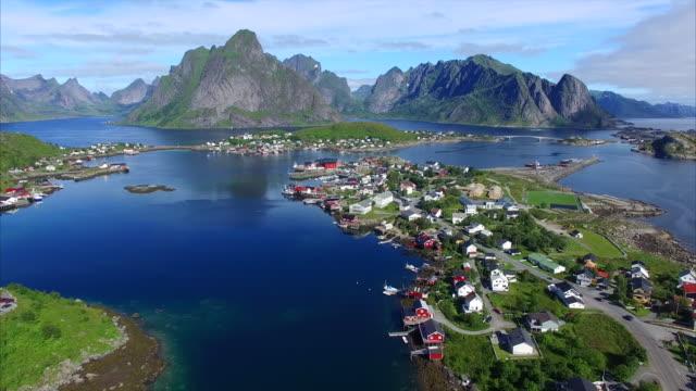 cavalcavia sopra reine sulle isole lofoten, norvegia - fiordo video stock e b–roll