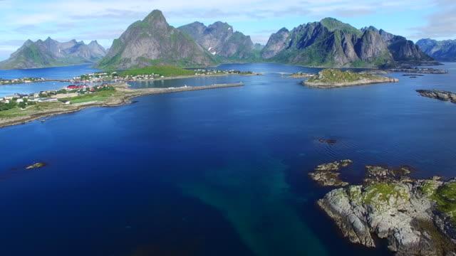 vídeos de stock e filmes b-roll de voo de cerimónia perto reine sobre a ilhas lofoten, noruega - reine