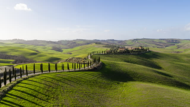 vídeos de stock e filmes b-roll de flyover rolling hills of tuscany - encosta
