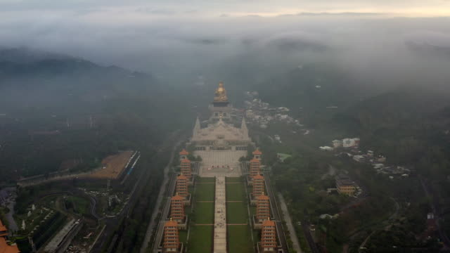 "vídeos de stock e filmes b-roll de fo guang shan buddha memorial center, kaohsiung (with chinese character "" budda on the incense burner) ,taiwan, aerial view o guang shan buddha. - buda"