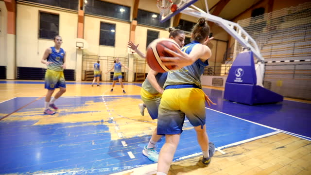 stockvideo's en b-roll-footage met focus op winnen - basketbal teamsport