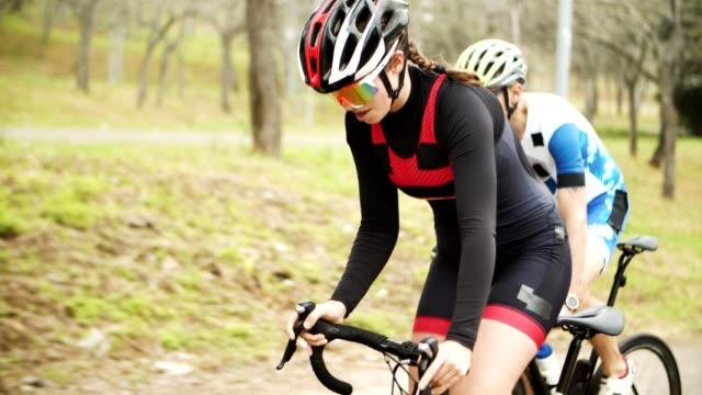 atleti concentrati in bicicletta - triatleta video stock e b–roll
