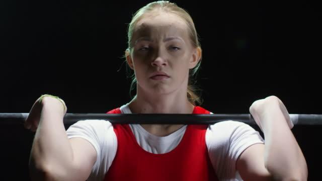 バーベルを持ち上げる女性選手に焦点を当てた - ウエイトトレーニング点の映像素材/bロール