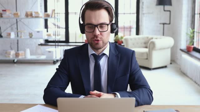 ビジネスクライアントに専門のサービスを宣伝する熟練した若手セールスマンに焦点を当てた。 - オンライン会議点の映像素材/bロール