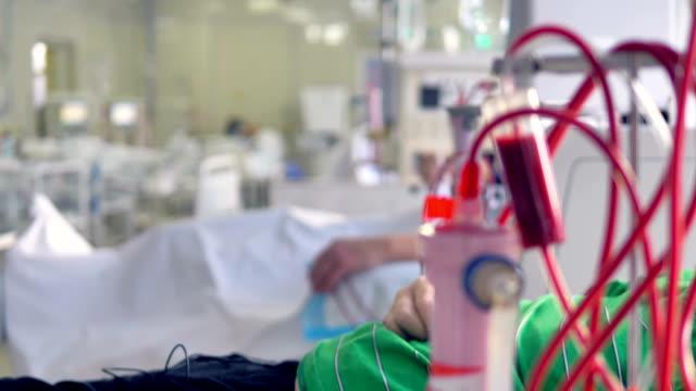 vídeos de stock, filmes e b-roll de uma visão focada em uma máquina de diálise em uma ala do hospital. - diálise