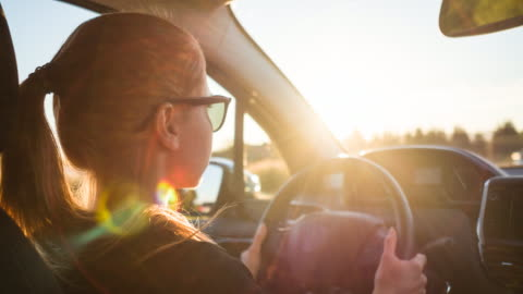 vídeos y material grabado en eventos de stock de centrada mujer conductora de trayecto en carretera de tráfico pesado en día soleado - conducir