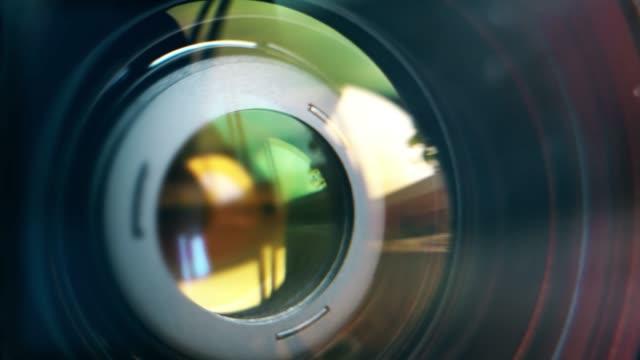 vidéos et rushes de lentille de focalisation de la caméra numérique. l'objectif de la caméra. gros plan. appareil mise au point mise au point et le tir. concept de service proffesional pour photographique ou équipement de cinéaste. - verre optique