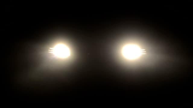 stockvideo's en b-roll-footage met fog in a headlights of car - mist donker auto
