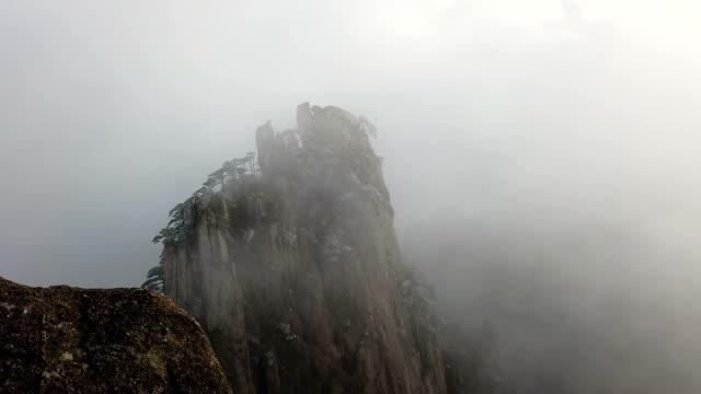buzlu çam ağacı ile mountain peak sarı dağ veya huangshan üzerinde sis, huangshan, çin - unesco stok videoları ve detay görüntü çekimi