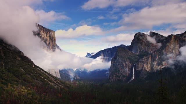 ヨセミテ バレーを介して圧延霧 - カリフォルニアシエラネバダ点の映像素材/bロール